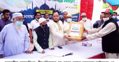 ডক্টর তাজুল ইসলাম মুক্তিযোদ্ধা ও দু:স্থদের মাঝে ঈদ উপহার ও খাদ্য সামগ্রী বিতরণ করলেন